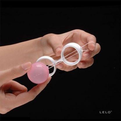 lelo-luna-beads-hand